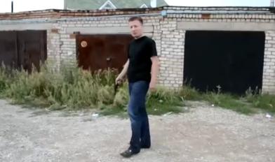 【视频】老爸真枪实弹射击儿子头部测试头盔,是亲生的嘛
