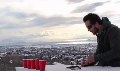 【视频】帅炸了!敲桌子、手枪射击水杯演奏出《杯子歌》