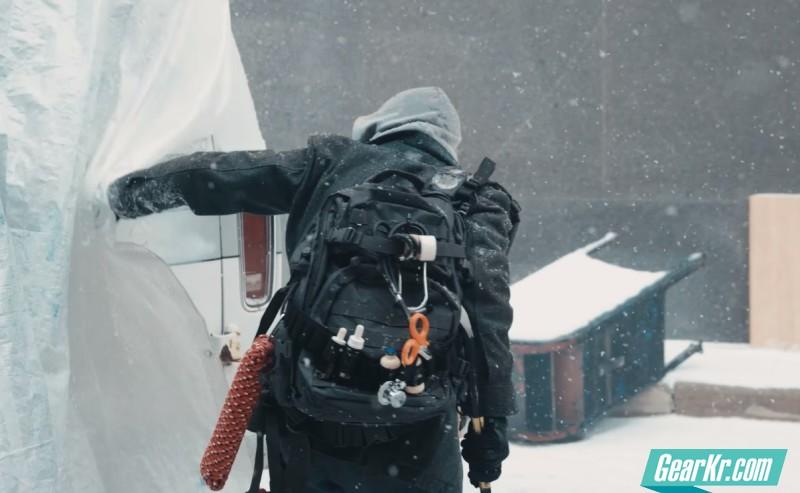 《全境封锁》预告真人短片中的背包考究