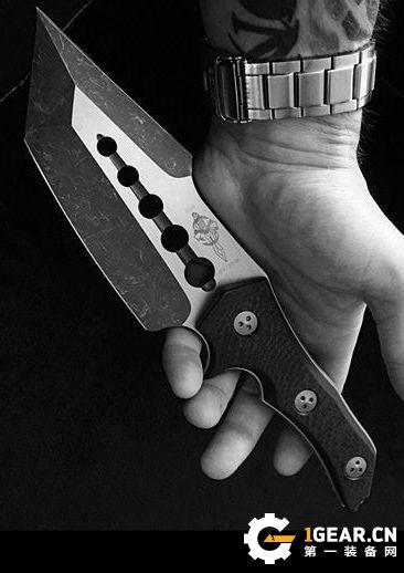 选择丛林生存刀时,碳钢和不锈钢哪个更好?